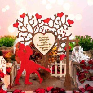 Δώρο Αγίου Βαλεντίνου Σταντ Με Καγκελάκι. Διακοσμημένο με δέντρο καρδιά, φαναράκι, κόκκινο ζευγάρι για πιο όμορφη αίσθηση και καγκελάκι. Δυνατότητα επιλογής κειμένου.